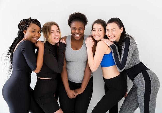 Groupe de femmes réunies au cours de fitness Photo gratuit