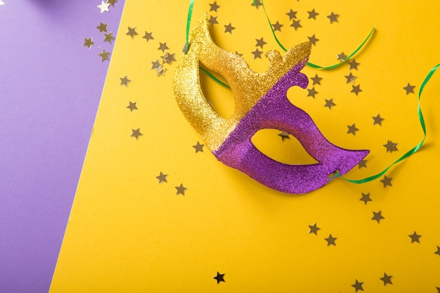 Un Groupe Festif Et Coloré De Mardi Gras Ou Masque Carnivale Sur Fond Jaune Violet. Masques Vénitiens. Photo Premium