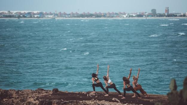 Groupe Fille Faisant Du Yoga Photo gratuit