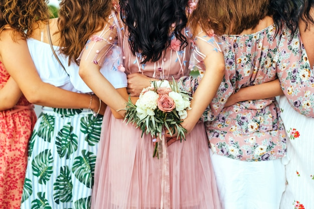 Groupe de filles à la fête de poule, vue arrière. Photo Premium