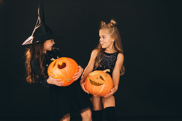 Groupe De Filles Vêtues De Costumes D'halloween En Studio Photo gratuit