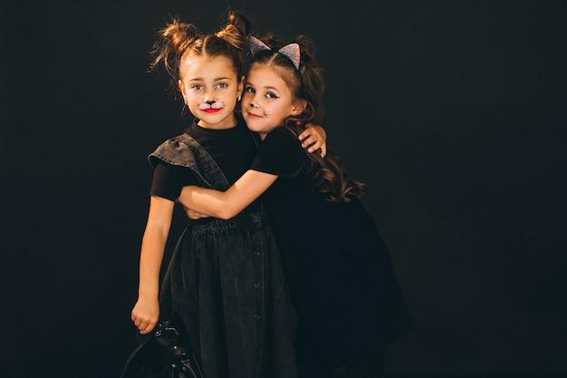 Groupe de filles vêtues de costumes d'halloween en studio Photo gratuit