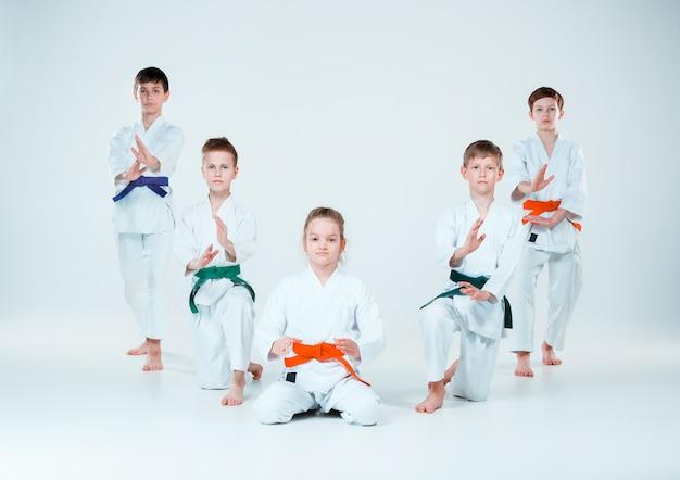 Le Groupe De Garçons Et De Filles Qui Se Battent à L'aikido S'entraînent à L'école D'arts Martiaux. Mode De Vie Sain Et Concept Sportif Photo gratuit
