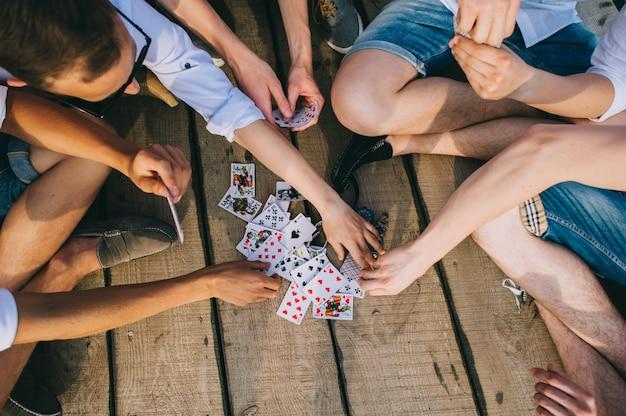 Un groupe de gars jouer aux cartes, vue de haut Photo Premium