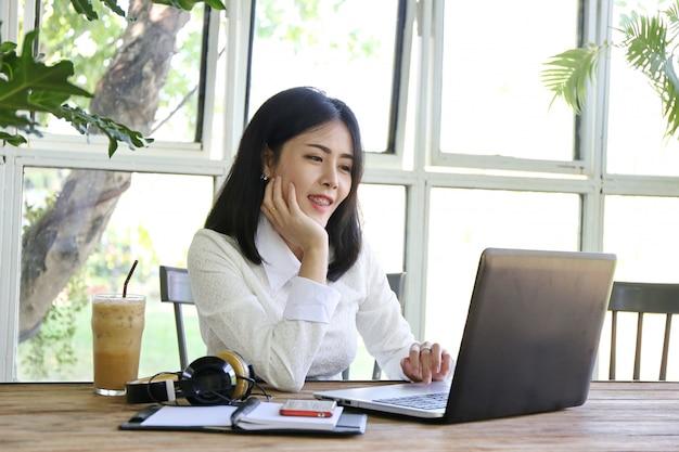 Un groupe de gens d'affaires asiatiques présente et examine le plan d'affaires de la stratégie de marketing financier dans la salle de réunion Photo Premium