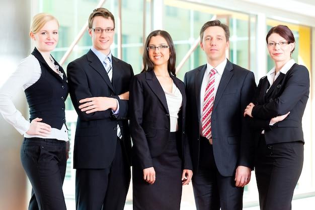 Groupe de gens d'affaires au bureau Photo Premium
