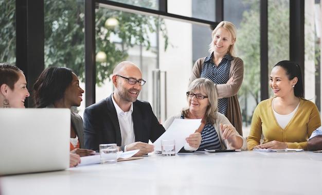 Groupe de gens d'affaires discutant du concept de bureau Photo Premium