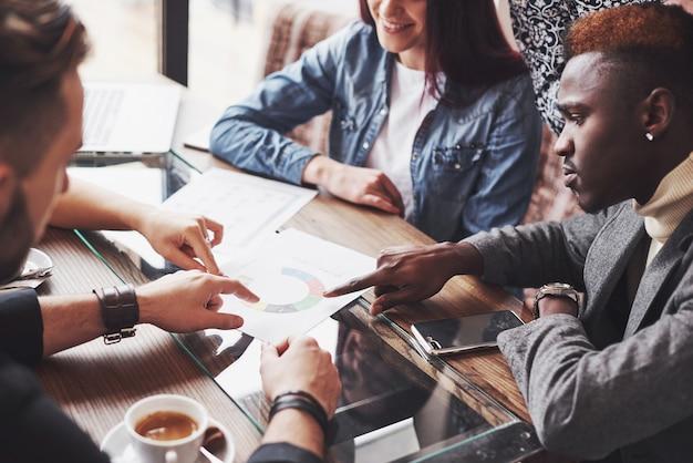 Groupe de gens d'affaires habillés avec désinvolture discutant des idées Photo Premium