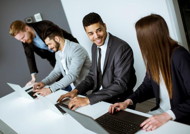 Groupe de gens d'affaires partageant leurs idées au bureau Photo Premium