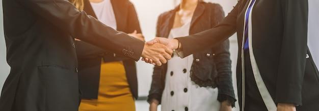 Groupe de gens d'affaires se serrant la main. Photo Premium