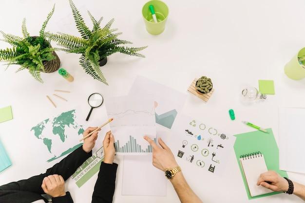 Groupe De Gens D'affaires Travaillant à La Main Sur Le Graphique Sur Fond Blanc Photo gratuit