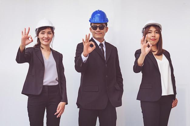Groupe de gens heureux contremaître montrant le geste ok Photo Premium