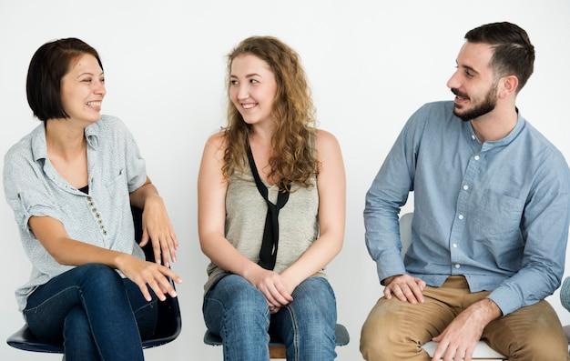 Groupe de gens joyeux assis dans une rangée Photo Premium