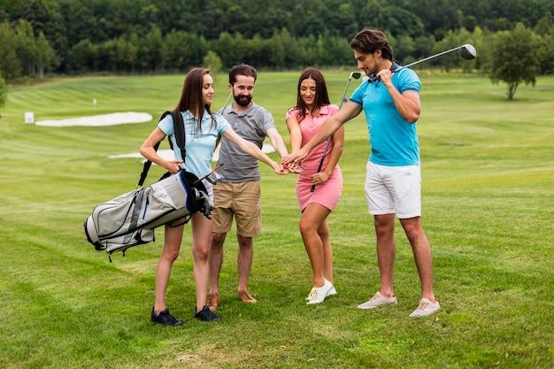 Groupe de golfeurs se préparant pour le jeu Photo gratuit