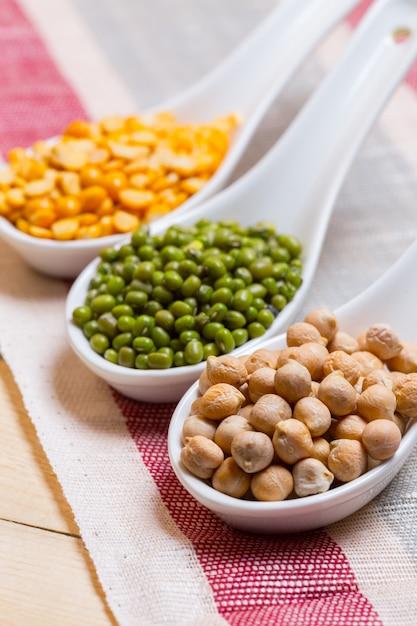 Groupe de haricots divers colorés Photo Premium