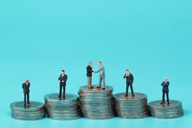 Un groupe d'homme d'affaires debout sur le podium Photo Premium
