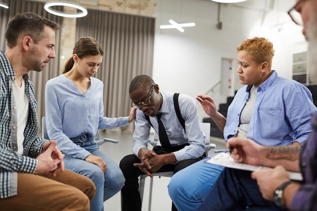 Groupe Homme Africain En Soutien Photo Premium