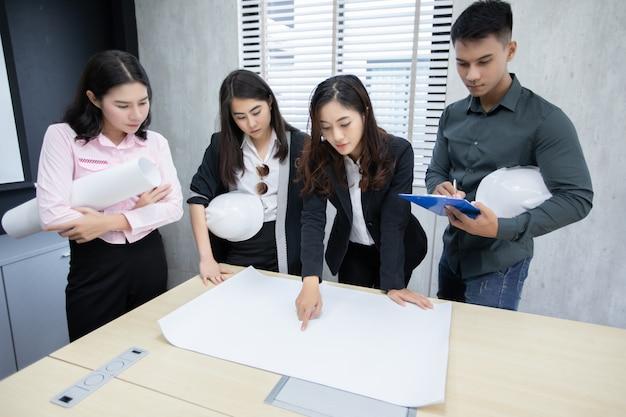 Groupe d'hommes d'affaires et d'ingénieurs utilisant un cahier Photo Premium