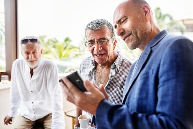 Groupe d'hommes âgés parlant Photo Premium