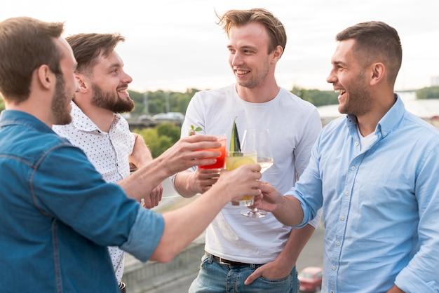 Groupe D'hommes Portant Un Toast à Une Fête Photo gratuit