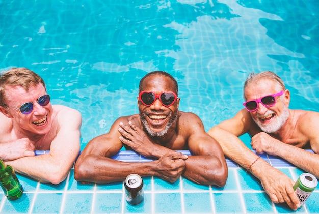 Groupe d'hommes seniors divers appréciant la piscine ensemble Photo Premium