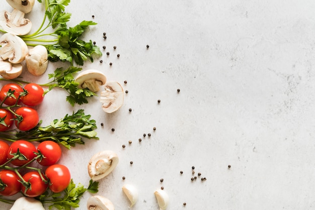 Groupe d'ingrédients italiens sur table blanche Photo gratuit