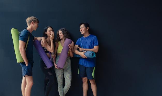 Groupe, De, Jeune Homme, Et, Femme, Amuser, Parler, Tenir, Et, Tenir, Tapis Yoga, Avant, Exercices, Yoga, à, Club Gym, Endroit Photo Premium