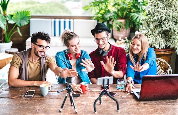 Groupe De Jeunes Amis Startupper S'amusant Sur Une Plate-forme De Streaming Avec Webcam - Focus Sur Les Faces Centrales Photo Premium