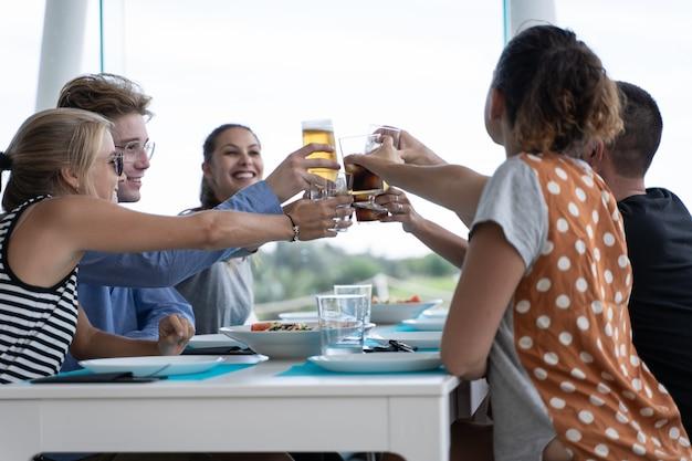 Groupe De Jeunes Assis à Une Table Blanche Avec Des Assiettes Vides Grillage Photo Premium