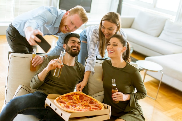 Groupe de jeunes ayant une pizza Photo Premium