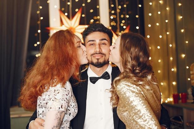 Groupe De Jeunes Célébrant Le Nouvel An. Les Femmes Avec L'homme Indien. Photo gratuit