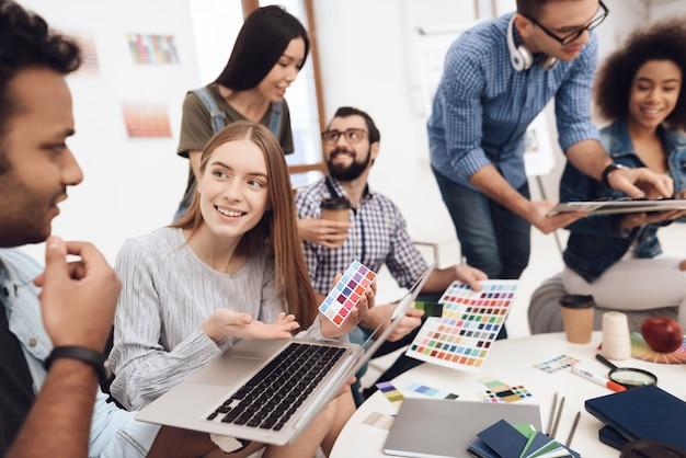 Un groupe de jeunes designers fait du brainstorming. Photo Premium