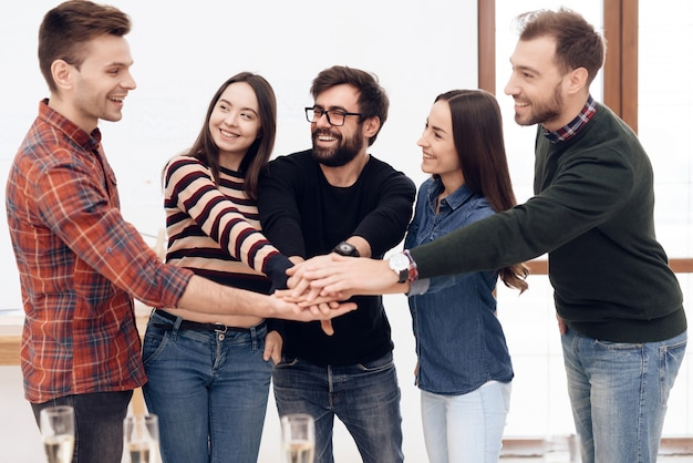 Un groupe de jeunes employés de bureau célèbrent Photo Premium