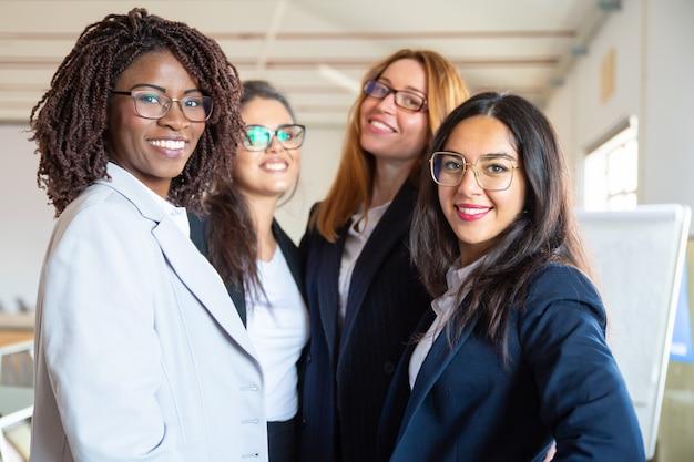Groupe De Jeunes Femmes D'affaires Confiants Regardant La Caméra Photo gratuit