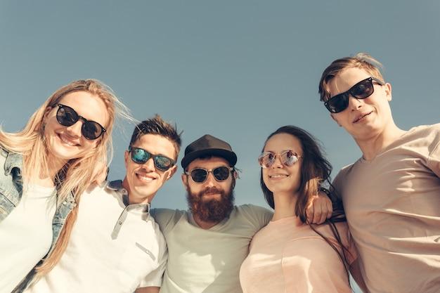 Groupe de jeunes heureux s'amuser sur la plage Photo Premium