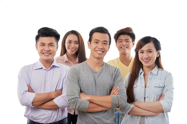 Groupe de jeunes hommes et femmes gaies, posant avec désinvolture Photo gratuit