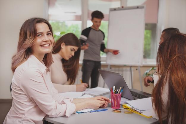 Groupe de jeunes qui étudient ensemble dans une salle de classe Photo Premium