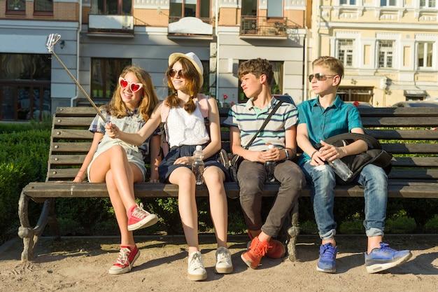 Groupe De Jeunes S'amuse Ensemble à L'extérieur Photo Premium