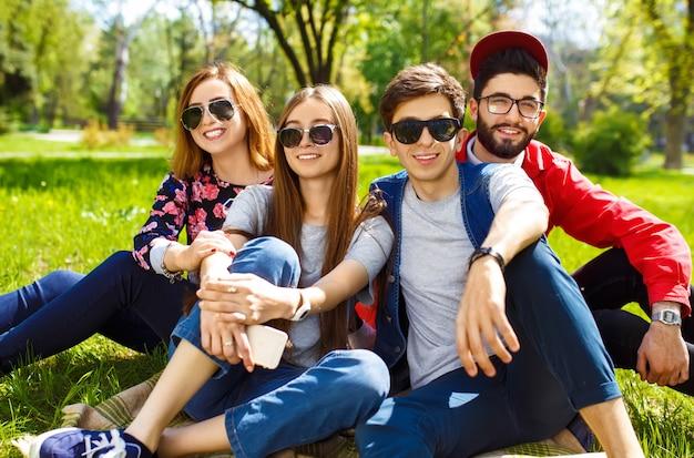Groupe De Jeunes S'amuser En Plein Air. Sourire Visages. Humeur Agréable. Mode De Vie D'été Photo Premium