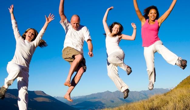 Groupe de jeunes sautant sur le terrain concept Photo gratuit