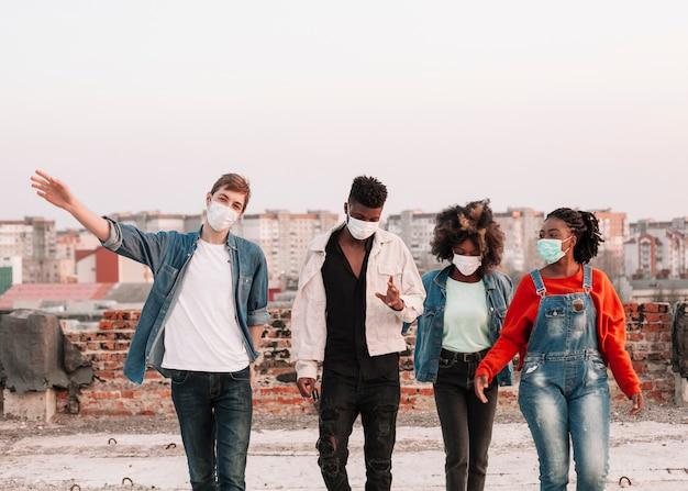 Groupe De Jeunes Traîner Avec Des Masques Chirurgicaux Photo gratuit