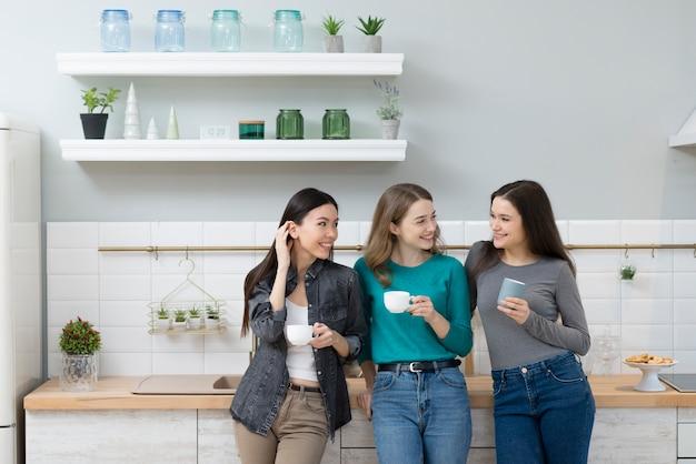 Groupe De Jolies Jeunes Femmes Buvant Un Café Ensemble Photo gratuit