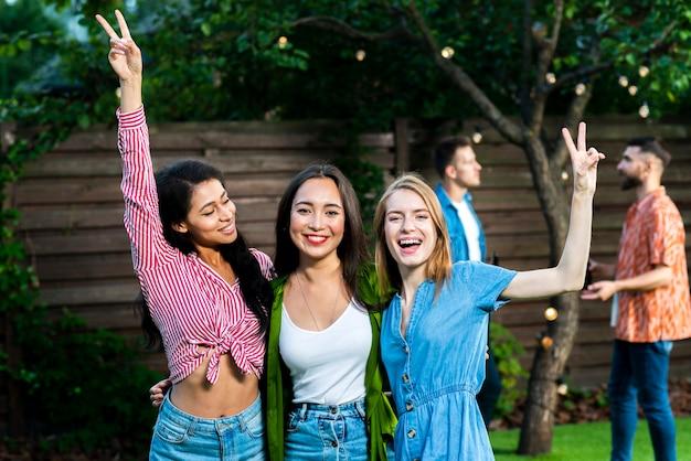 Groupe de joyeuses jeunes filles ensemble Photo gratuit