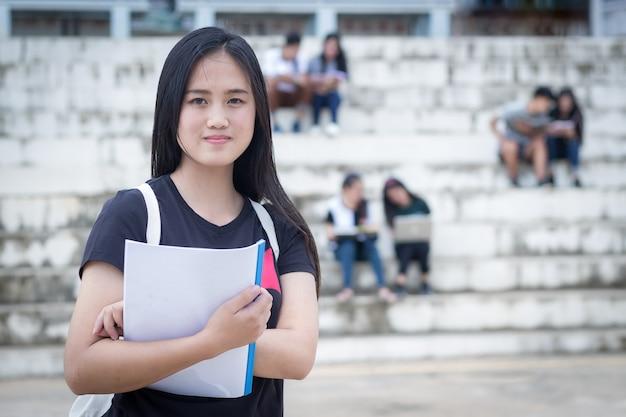 Groupe de joyeux adolescents lycéens à l'extérieur Photo Premium
