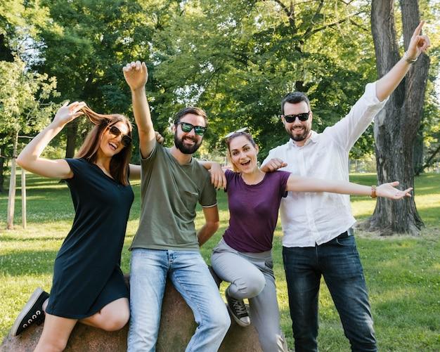 Groupe De Joyeux Amis Adultes S'amusant Ensemble Photo gratuit