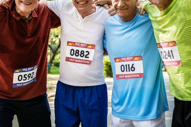 Groupe de joyeux coureurs seniors au parc Photo Premium