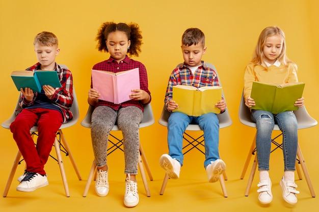 Groupe De Lecture Pour Enfants Photo gratuit