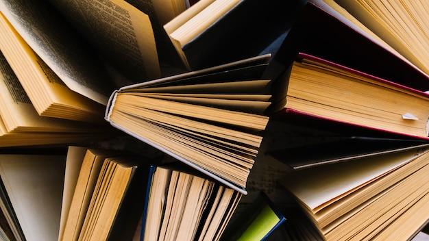 Groupe de livres en désordre vue de dessus Photo gratuit