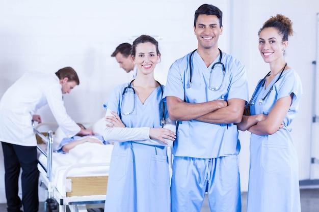 Groupe de médecins discutant et examinant un rapport de radiographie à l'hôpital Photo Premium