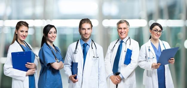 Groupe de médecins souriants Photo Premium